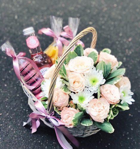 Подарочная корзина с цветами