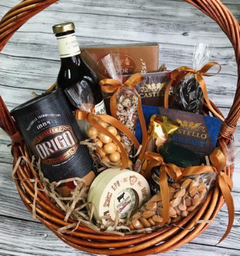 Подарочная корзина с сырами и орехами