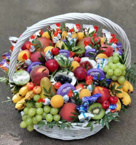 Корзина с фруктами и сладостями «Радость»